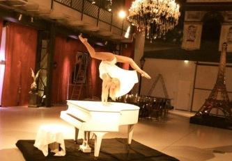 Handstand auf dem Klavier